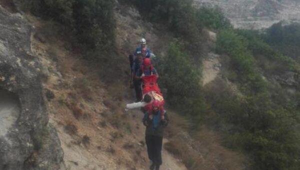 Спасатели оказывают помощь туристу, который сорвался с горы на мысе Фиолент