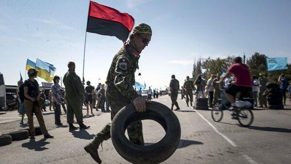 Активисты Правого сектора (экстремистская организация, запрещенная в России) блокируют дорогу в Крым, в селе Чонгар, Украина. 20 сентября 2015 года