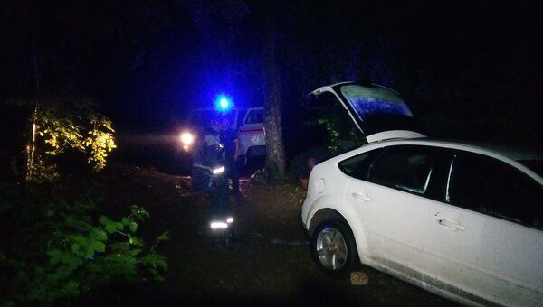 В горах Крыма спасатели вытащили увязший в грязи автомобиль Ford
