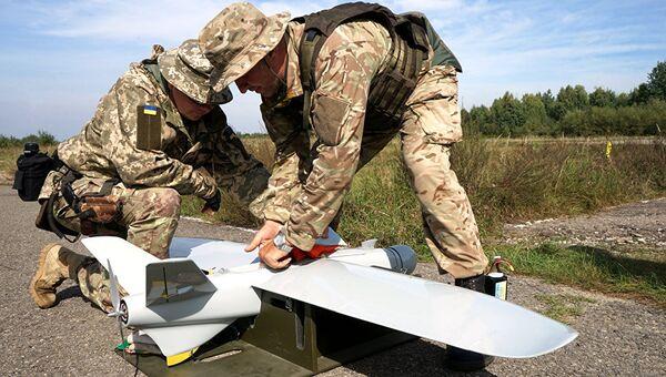 Украинские военные с беспилотным летательным аппаратом