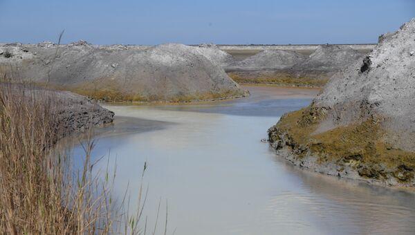 Сброс воды в кислотонакопитель рядом с заводом Крымский титан в Армянске