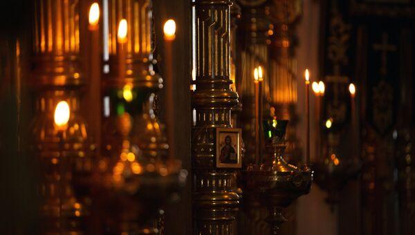 Свечи и иконы в церкви. Архивное фото