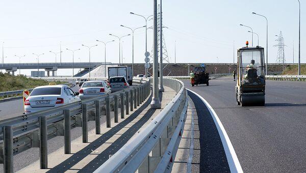 ВАД завершил укладку верхнего слоя покрытия на автомобильном подходе к Крымскому мосту со стороны Керчи