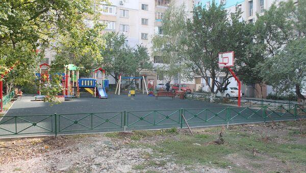 Детская площадка во дворе по улице Батурина в Симферополе