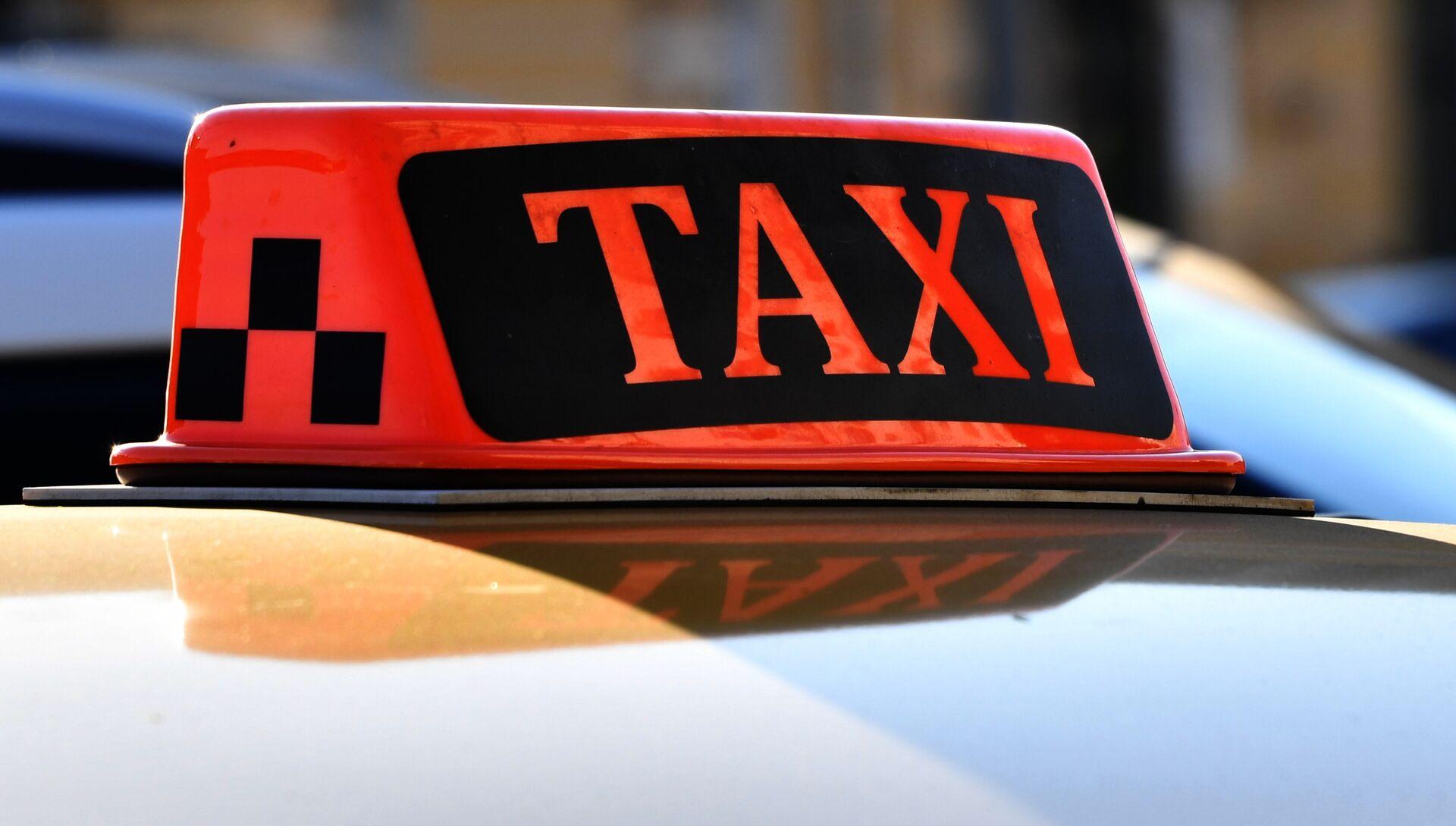 Световой короб на крыше автомобиля такси. Архивное фото - РИА Новости, 1920, 06.04.2021