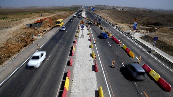 Автомобили едут по трассе Таврида