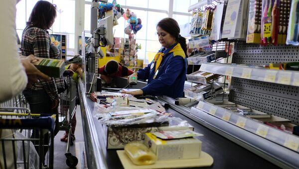 Покупатели на кассе в супермаркете. Архивное фото