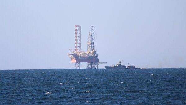 Перемещение самоподъемной буровой установки Крым-2 в Черном море