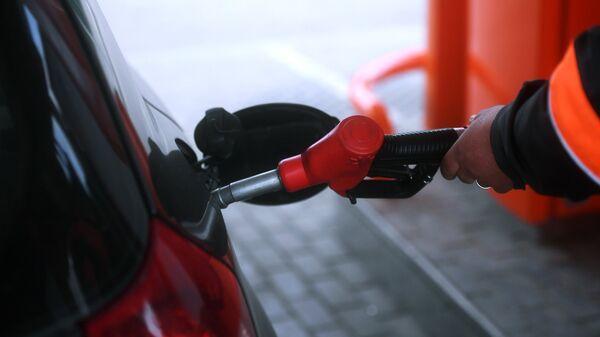 Заправка автомобиля на одной из автозаправочных станций. Архивное фото