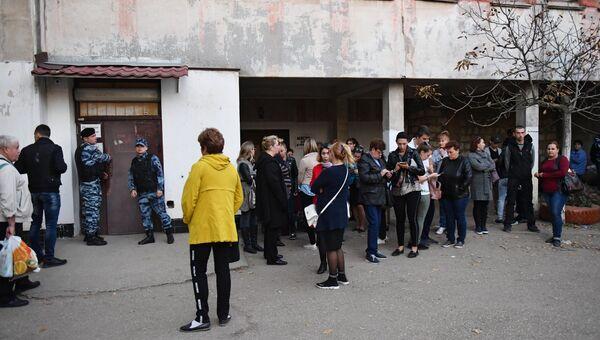 Нападение на керченский колледж. Сотрудники правоохранительных органов и горожане у входа в приёмное отделение Керченской городской больнице №1