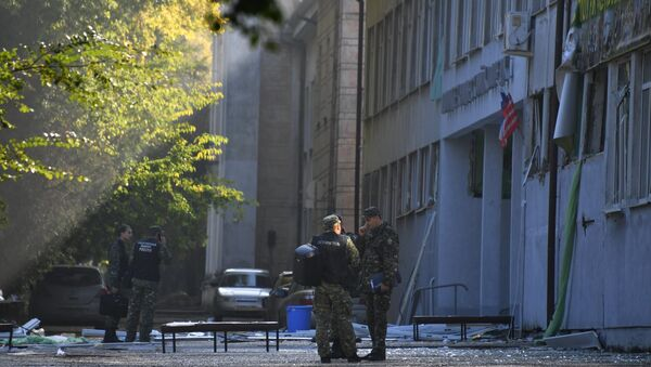 Сотрудники правоохранительных органов у здания Керченского политехнического колледжа, в котором произошли взрыв и стрельба
