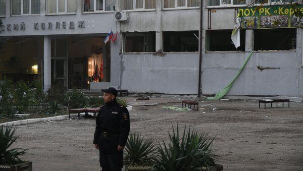 Сотрудник правоохранительных органов у здания Керченского политехнического колледжа, в котором произошли взрыв и стрельба. 18 октября 2018