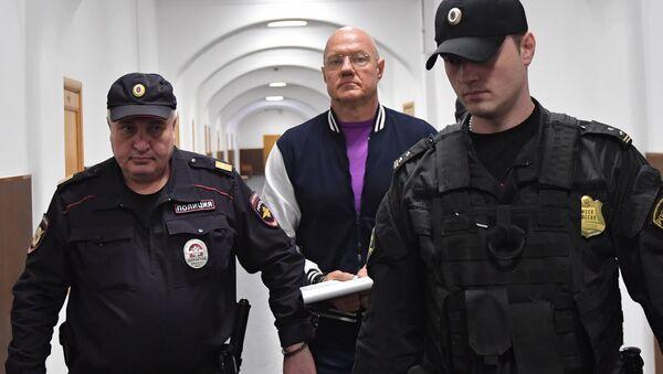 Бывший вице-премьер Крыма Виталий Нахлупин (в центре) перед рассмотрением ходатайства следствия об его аресте в Басманном суде Москвы