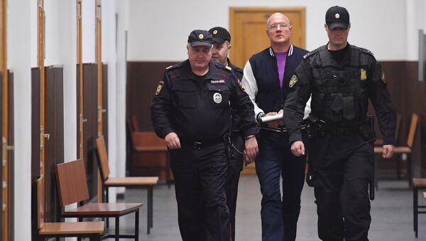 Бывший заместитель председателя Совета министров Республики Крым Виталий Нахлупин (слева) перед рассмотрением ходатайства следствия об его аресте в Басманном суде Москвы. 18 октября 2018