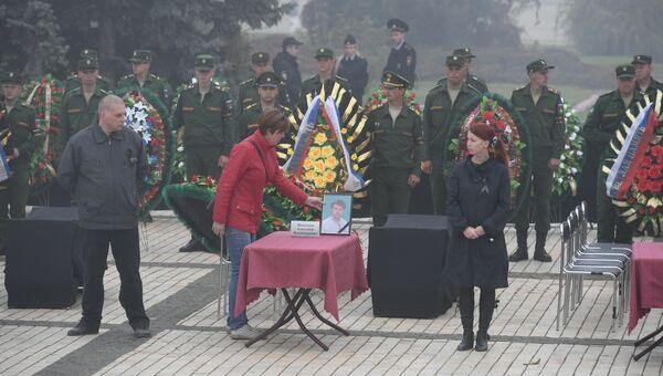 Церемония прощания с погибшими в массовом убийстве людей в Керченском политехническом колледже. На фото: портрет учителя информатики Александра Моисеенко