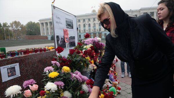 Жители Симферополя несут цветы и свечи к народным мемориалам в память о погибших при нападении на политехнический колледж в Керчи. 19 октября 2018
