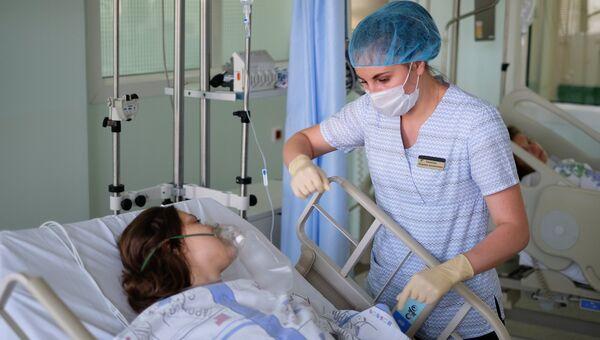 Сотрудница Краснодарской краевой клинической больницы №1 осматривает пострадавшую при нападении на технологический колледж в Керчи