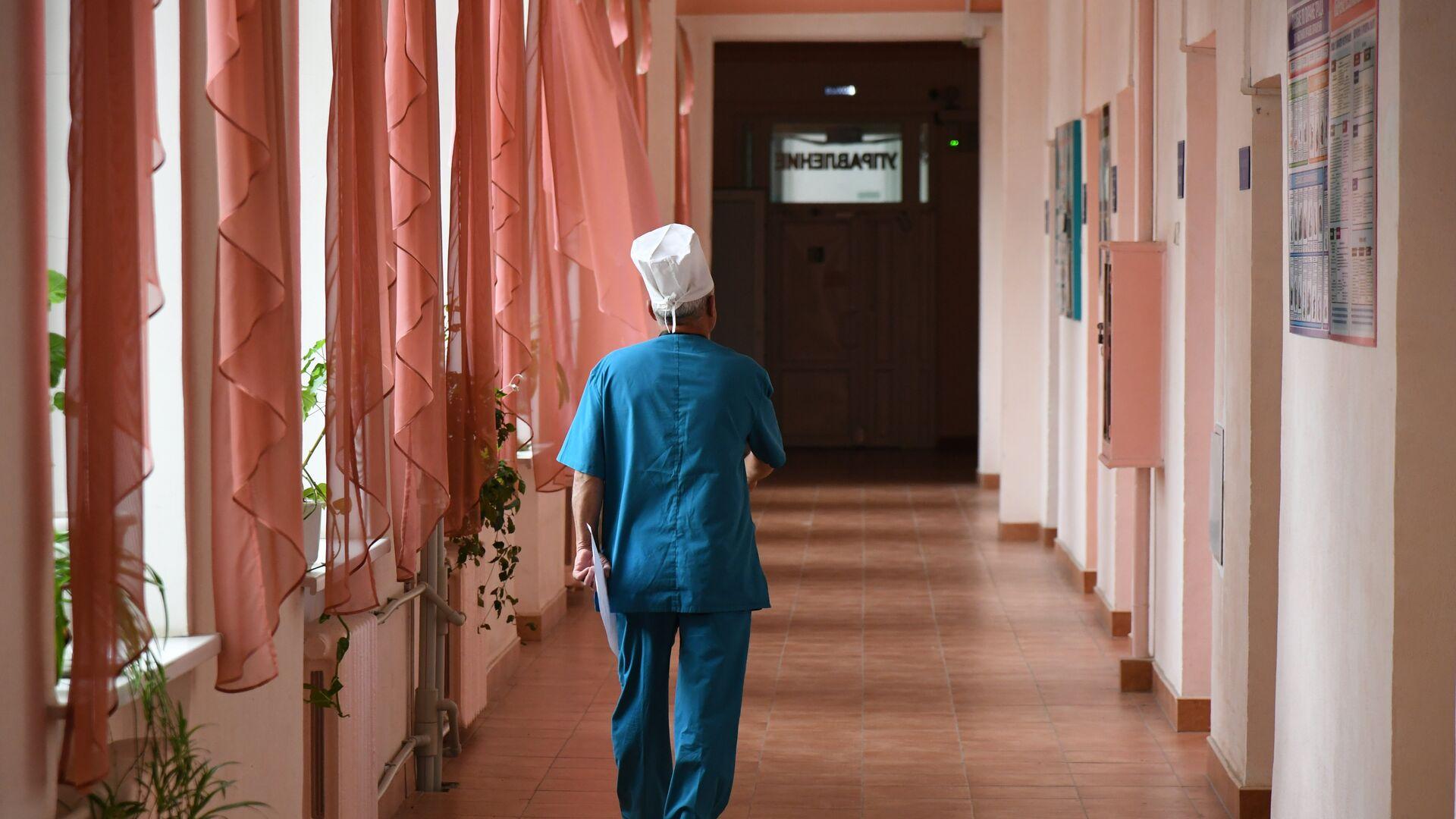 Врач в коридоре Симферопольской клинической больницы скорой медпомощи №6 - РИА Новости, 1920, 16.09.2021