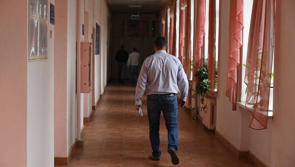 Люди в коридоре Симферопольской клинической больницы скорой медпомощи №6