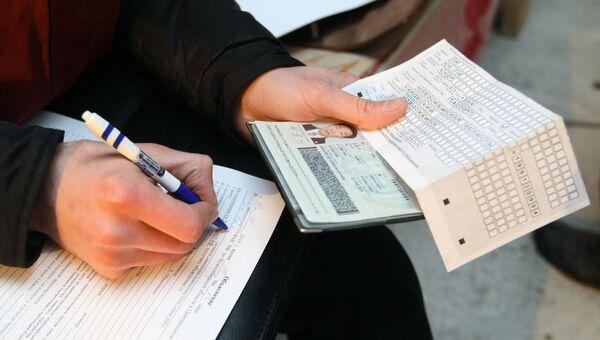 Проверка документов у работников на стройке. Архивное фото