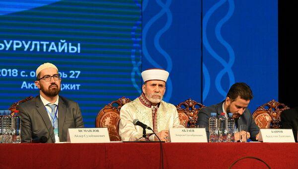 Муфтий мусульман Крыма Эмирали Аблаев (в центре), его заместители Айдер Исмаилов (слева) и Эсадуллах Баиров (справа)