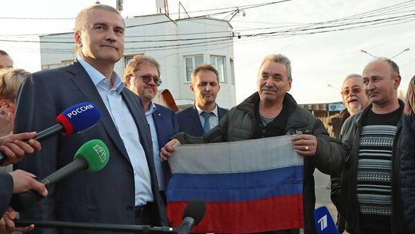Глава Республики Крым Сергей Аксенов и освобожденные члены экипажа судна Норд