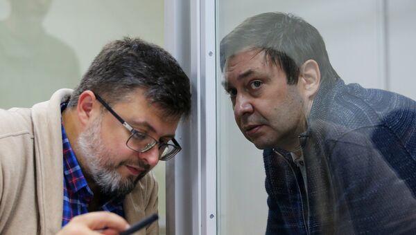 Адвокат Андрей Доманский (слева) и руководитель портала РИА Новости Украина Кирилл Вышинский на заседании в Херсонском апелляционном суде