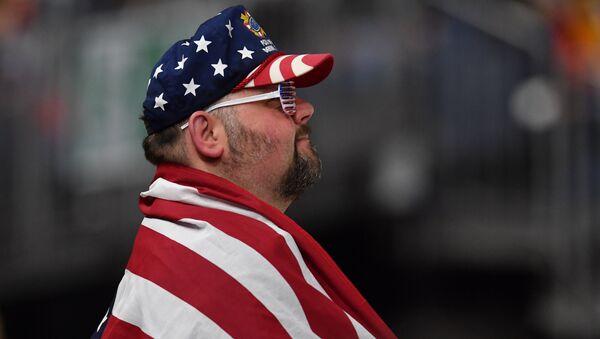 Мужчина с американским флагом