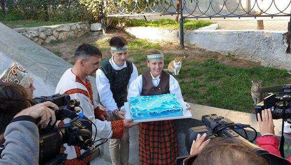 Виктория Сысолятина угощает тортом жителей Севастополя в канун Дня народного единства