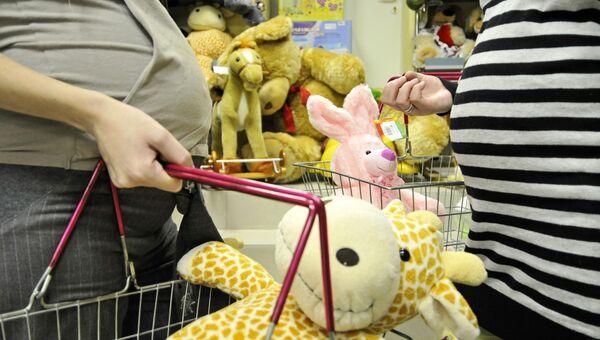 Беременные женщины покупают товары для детей
