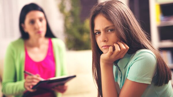 Психолог работает с подростком