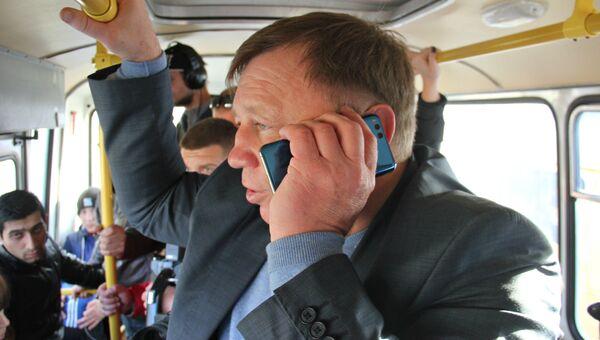 Глава администрации Симферополя Игорь Лукашев едет на работу в маршрутке