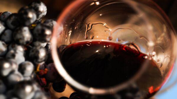Виноградная лоза и вино в бокале на винодельческом предприятии Массандра в Крыму.