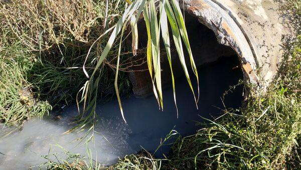 Слив канализационных стоков. Архивное фото