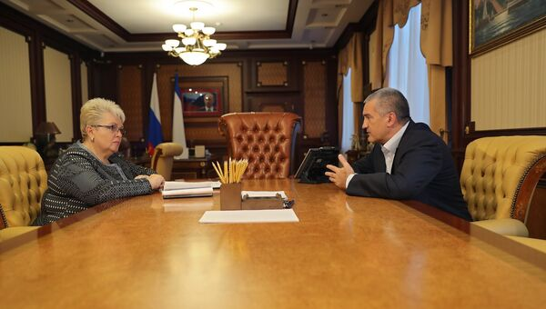 Первый заместитель главы администрации Симферополя Наталья Маленко и глава РК Сергей Аксенов