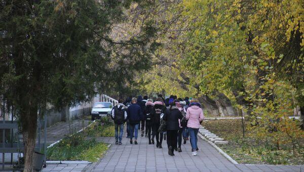 Студенты у Керченского политехнического колледжа
