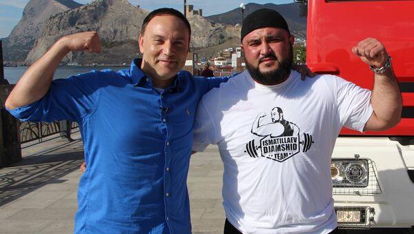 Судакчанин Джамшид Исматиллаев и ведущий программы Самый сильный Глен Куцовски