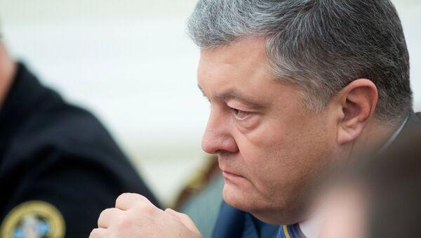 Президент Украины Петр Порошенко на заседании Совета национальной безопасности и обороны Украины (СНБО) в Киеве