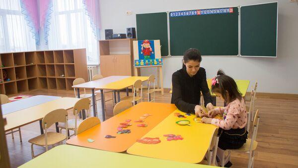 Воспитатель в детском саду. Архивное фото
