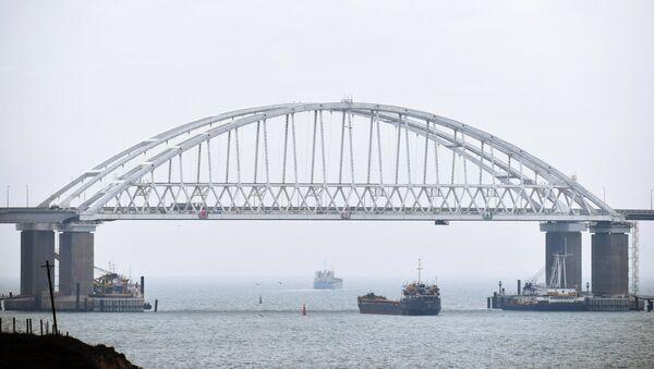 Суда проходят под аркой Крымского моста