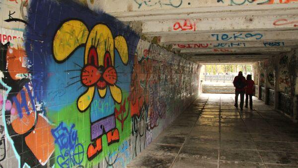 Граффити на стенах подземного перехода в Симферополе