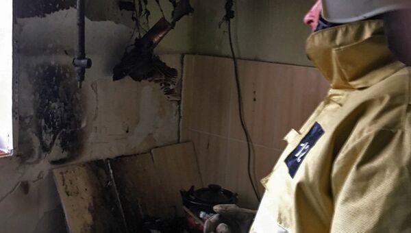 Сотрудник МЧС во время ликвидации пожара. Архивное фото