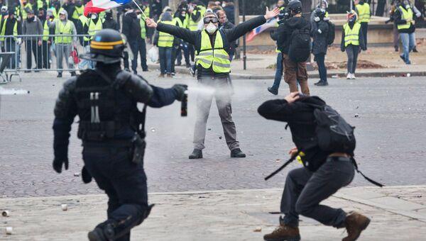 Акция протеста автомобилистов желтые жилеты в Париже
