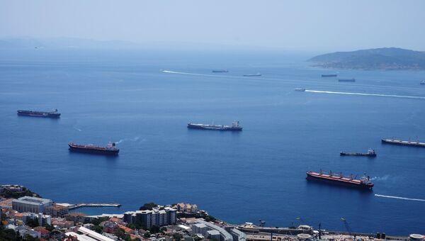 Морской порт Гибралтара. На дальнем плане - испанский город Альхесирас