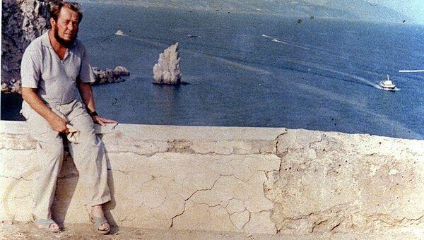 Александр Солженицын у замка Ласточкино гнездо напротив скалы Парус