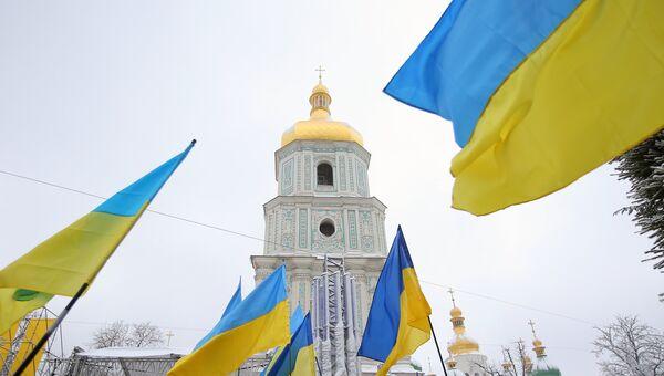 Украинские флаги верующих на объединительном соборе на Софийской площади в Киеве. 15 декабря 2018