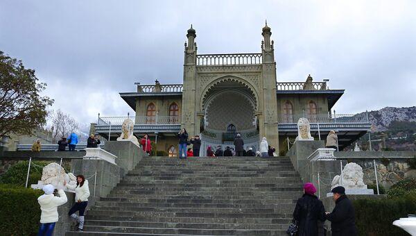 Люди в Воронцовском дворце в Алупке