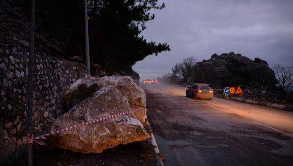 Движение по трассе Севастополь-Ялта открыли после ликвидации последствий камнепада