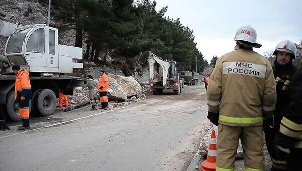 Экстренные службы расчищают трассу Севастополь-Ялта от обвала