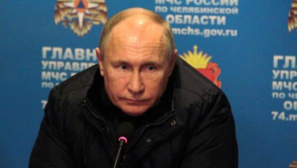 Президент РФ Владимир Путин проводит совещание в оперативном штабе МЧС на месте взрыва газа в жилом доме в Магнитогорске. 31 декабря 2018